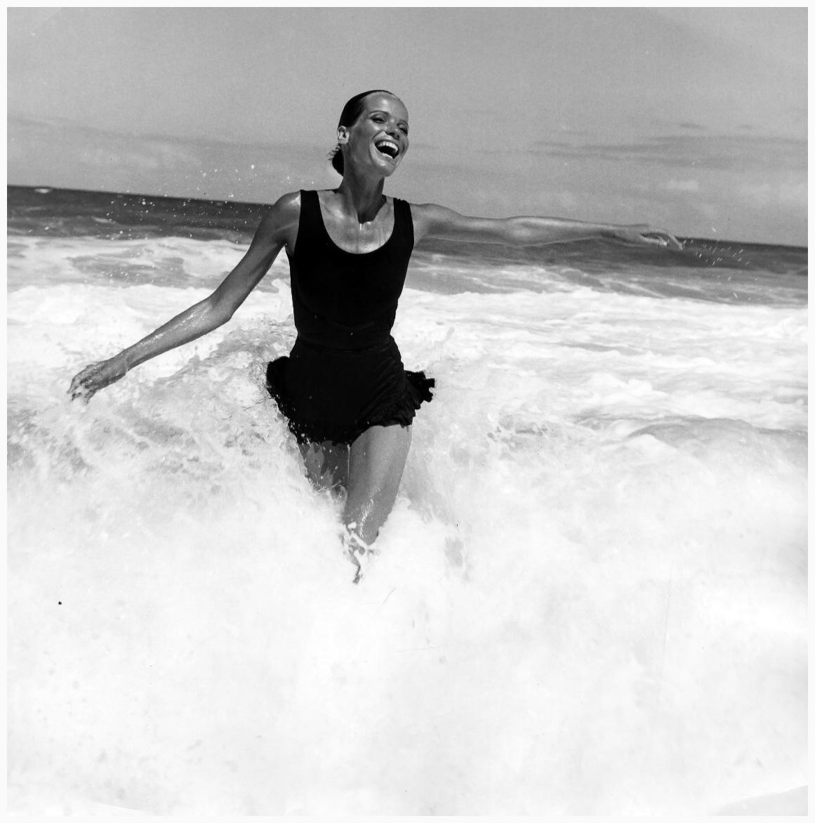 veruschka-splashing-in-the-ocean-american-vogue-brazil-1968-franco-rubartelli-a2