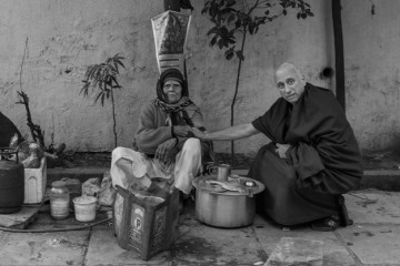 Nicholas-Vreeland-with-a-tea-merchant-in-New-Delhi,-India